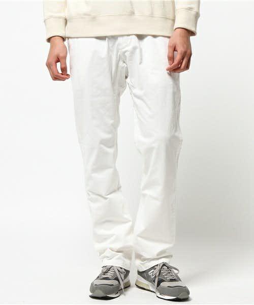 コーディネートで使用されている白パンツ