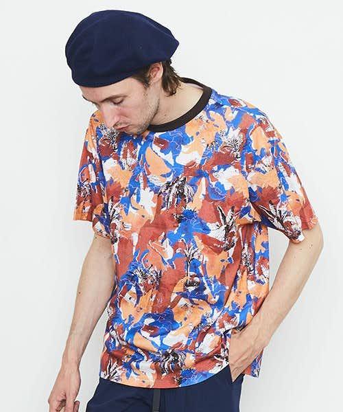 ちょっと派手なプリント総柄Tシャツ