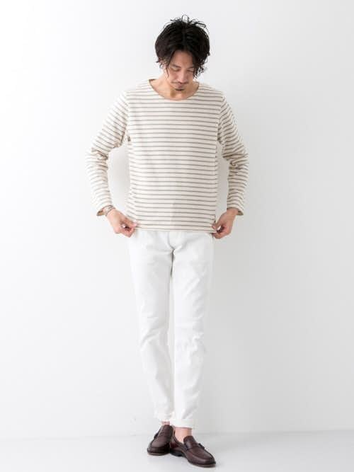 ボーダーTシャツと白パンツの着こなし