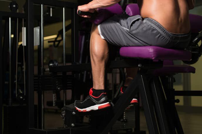 腓腹筋を効果的に鍛えるシーテッドカーフレイズ