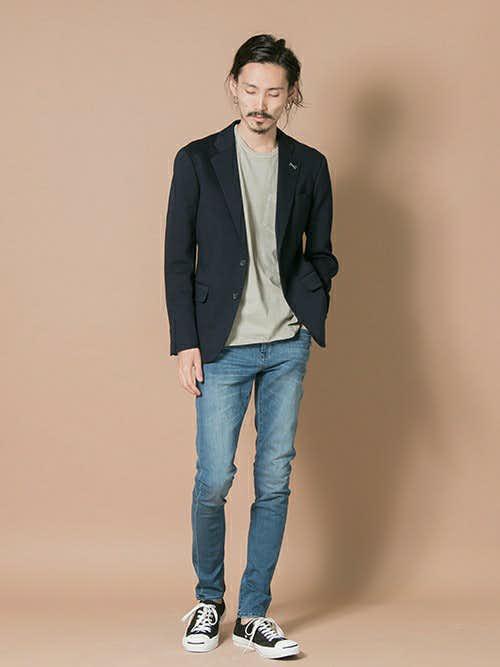ジャケットとデニムパンツの着こなし