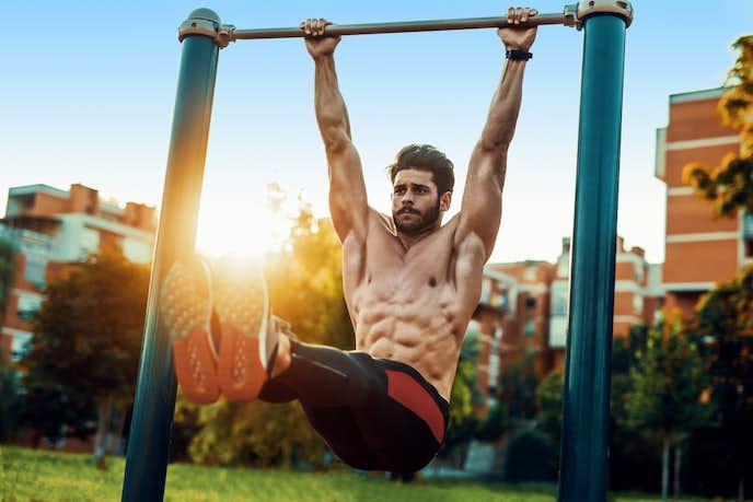 大腰筋と腹筋を鍛えられるハンギングレッグレイズ
