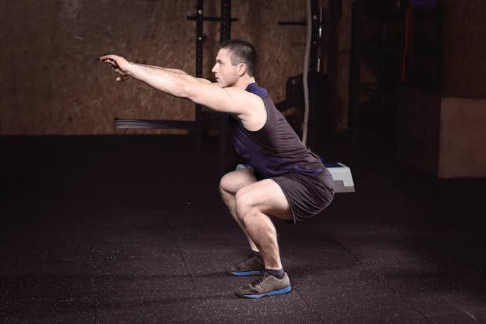 大腰筋と大腿四頭筋を鍛えられるスクワットトレーニング