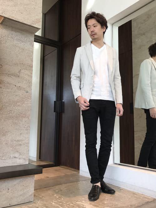 白ジャケットと白インナーの着こなし