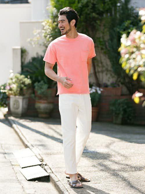 ピンクTシャツと白パンツの着こなし