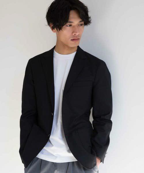 ベーシックな黒のテーラードジャケット