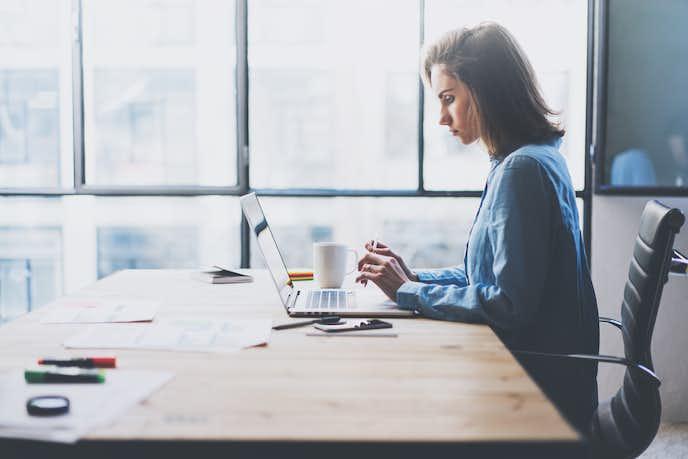 仕事で落ち込む女性