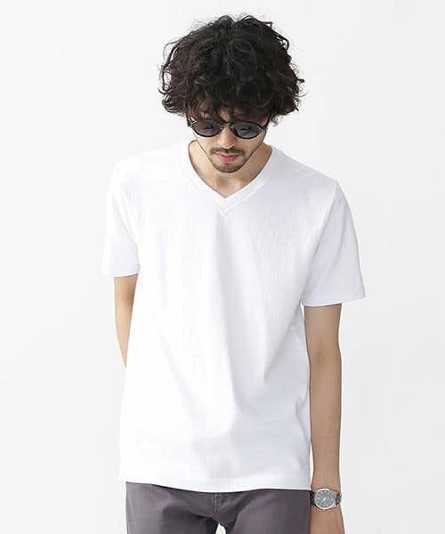 無地のホワイトVネックTシャツ