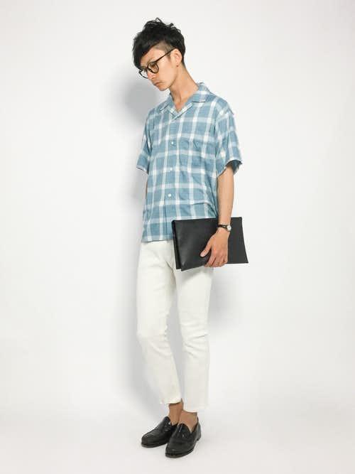 チェックシャツと白パンツの着こなし