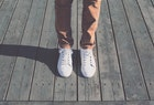 白スニーカーのメンズ人気おすすめアイテム9選。白スニコーデで春夏秋冬を制す! | Smartlog