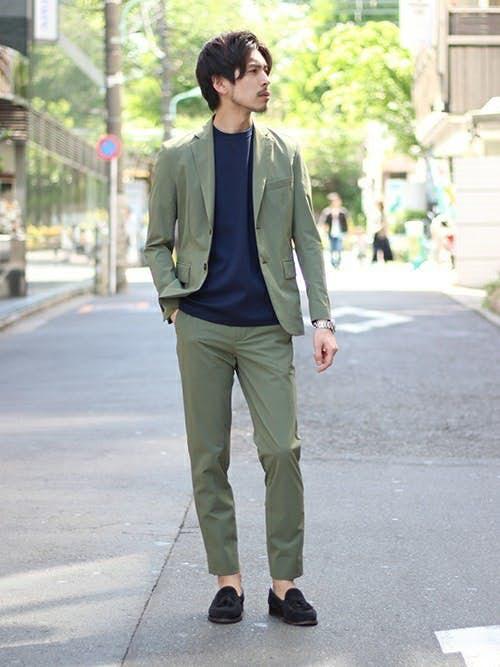 緑のジャケットと緑のパンツの着こなし
