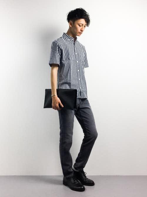 チェックシャツとデニムパンツの着こなし