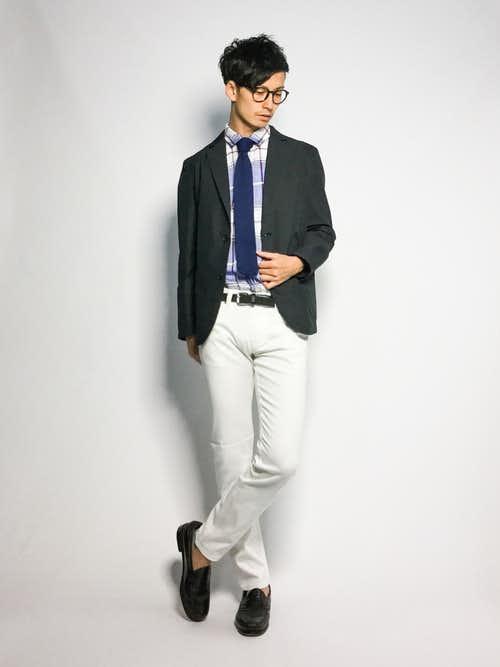 ネクタイと白パンツの着こなし