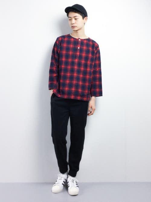 赤チェックヘンリーネックTシャツとジョガーパンツのメンズコーディネート
