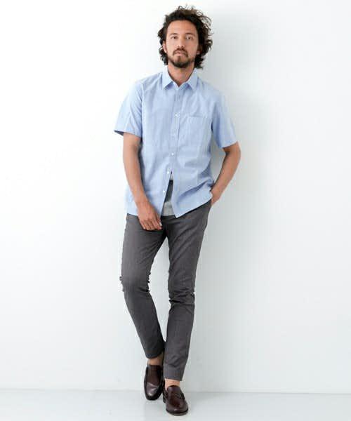 爽やかなブルーシャツを合わせて夏感あるコーデを作る
