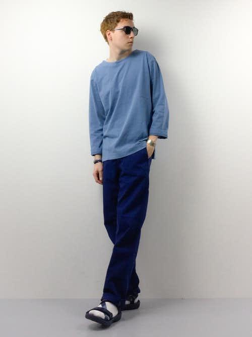 ブルーボートネックTシャツとネイビーワークパンツの着こなし