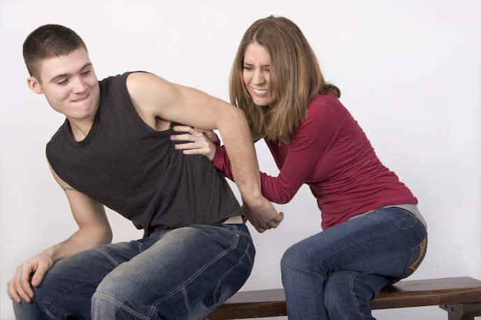 背中へのボディタッチをする女性心理