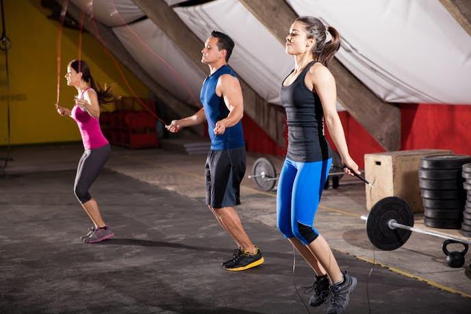 縄跳びダイエットを挑戦する男女