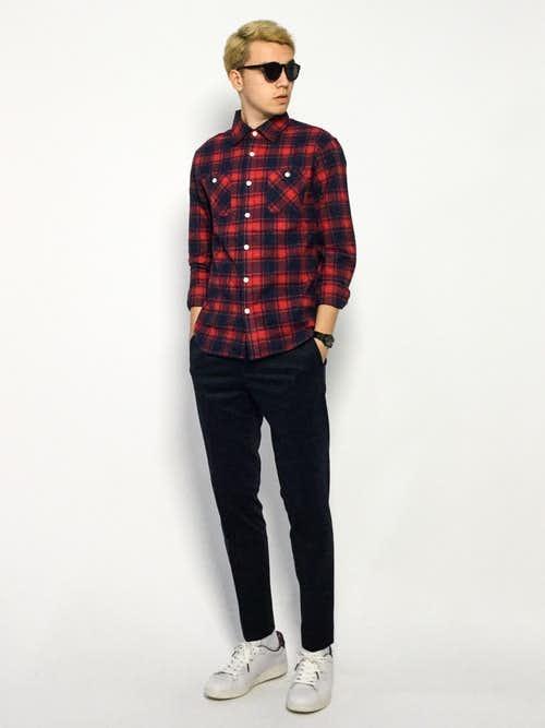 赤シャツ×黒のスラックスの着こなしコーデ