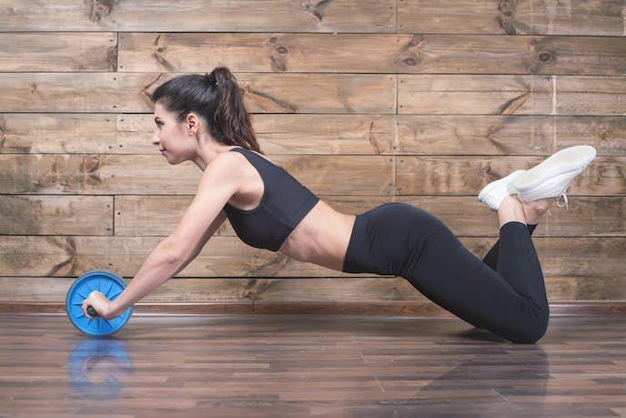 腹筋ローラーを使っている女性