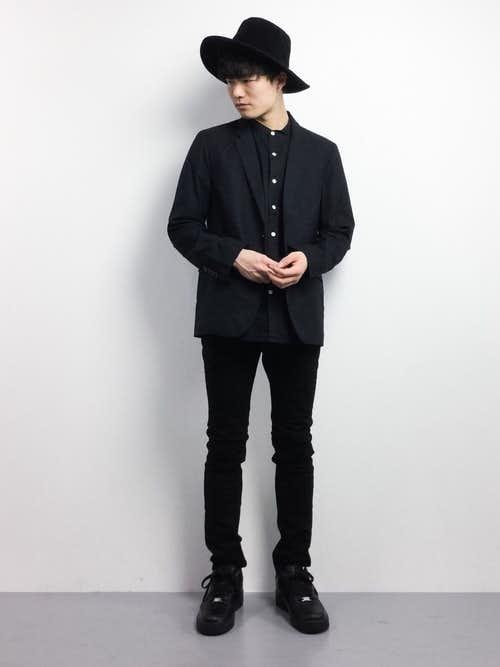 黒のエアフォースを履いたきれいめコーデ