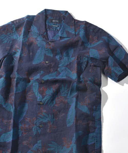 ボタニカル柄をあしらったデザインのシャツ