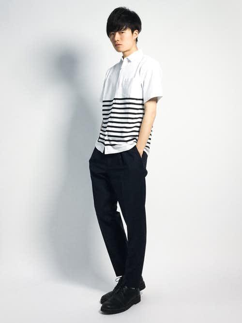 白ボーダーシャツと黒パンツのメンズ着こなし