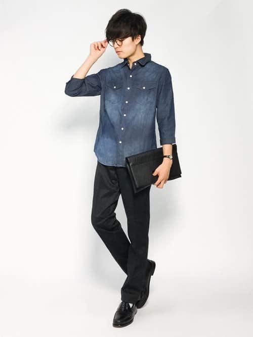 デニムシャツと黒パンツのメンズコーディネート