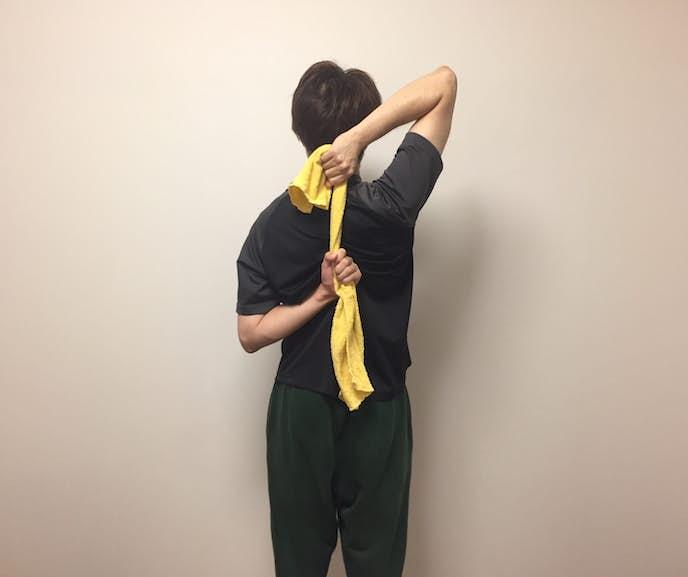 タオルを使った肩甲骨のストレッチ方法