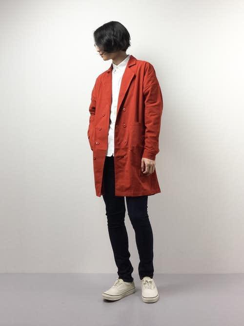 赤トレンチコートと白シャツのメンズコーディネート