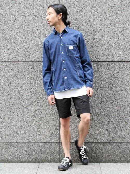 デニムシャツとハーフパンツのメンズコーディネート