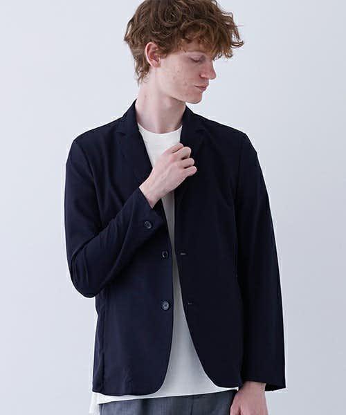 シャープなシルエットのジャケット