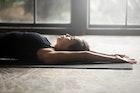 【首のストレッチ方法】オフィス&家で寝ながら出来る効果的な柔軟体操6選 | Smartlog