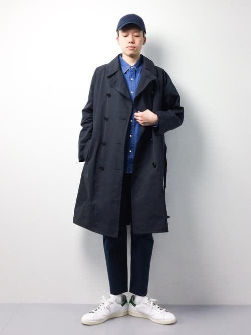 黒トレンチコートとブルーシャツのメンズコーディネート