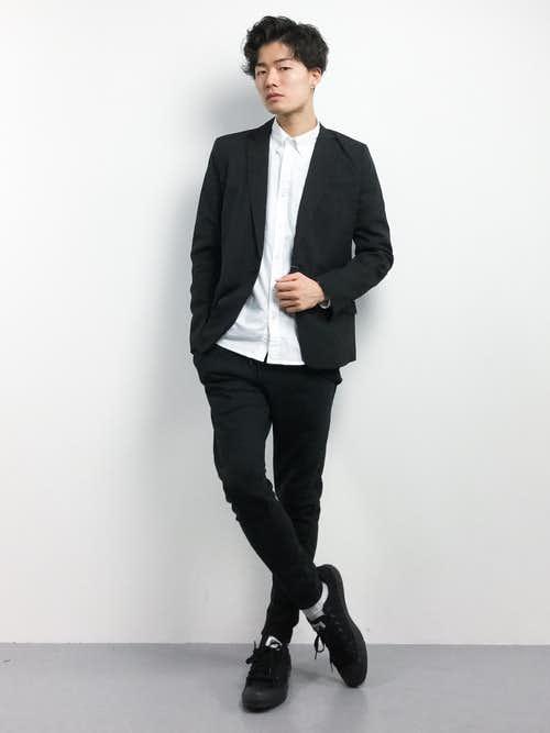 白シャツと黒ジャケットのメンズコーデ