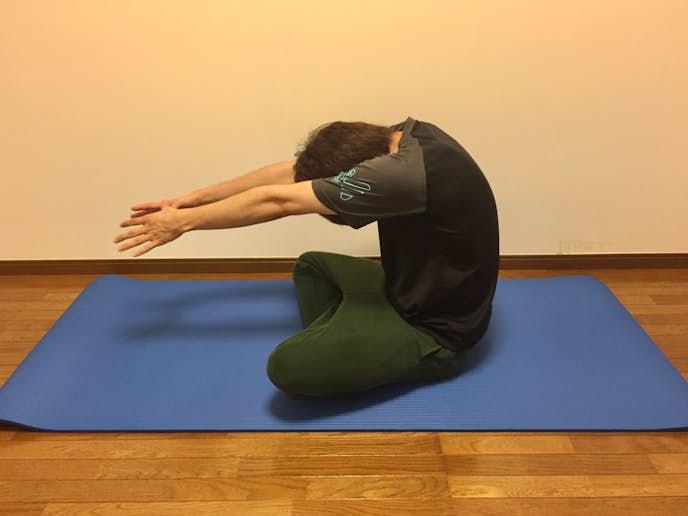 背中(僧帽筋・脊柱起立筋)の効果的なストレッチ方法
