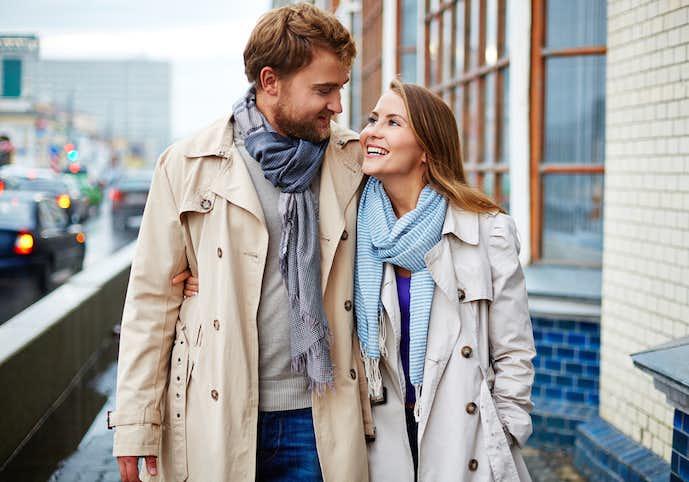 トレンチコートを着たカップル
