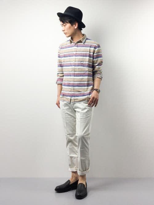 ボーダーシャツと白パンツのメンズコーディネート