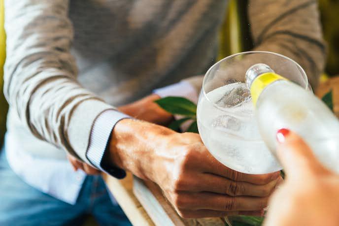 お酒を注ぐ女性