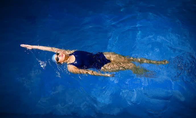背泳ぎで効果的に痩せる方法