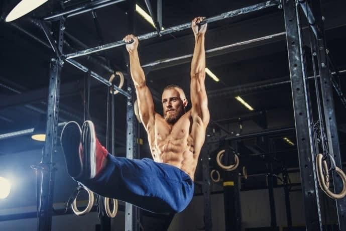 ハンギングレッグレイズで体を鍛える男性