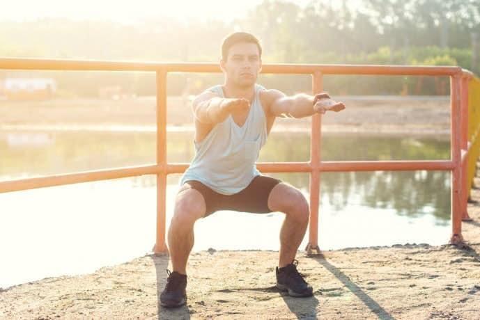 フロッグジャンプトレーニングを行う男性