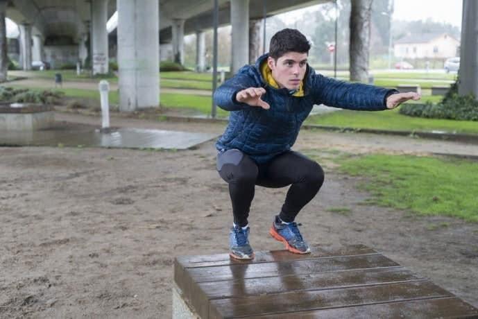 ジャンピングスクワットで体を鍛える男性
