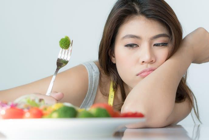 ダイエットのために食事制限している女性