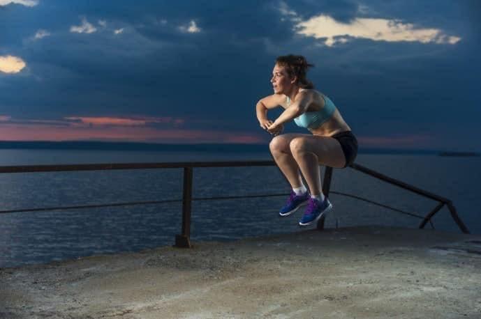 高くジャンプしている女性