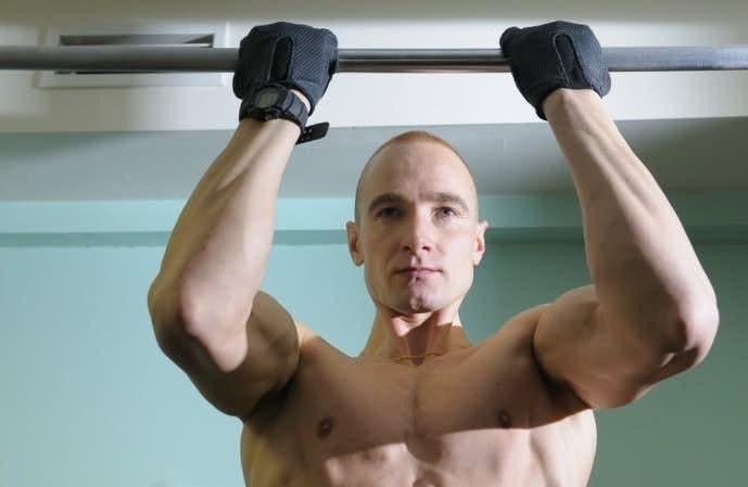 逆手懸垂トレーニングを行う男性