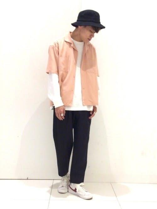 ピンクシャツと白ロングTのメンズコーディネート