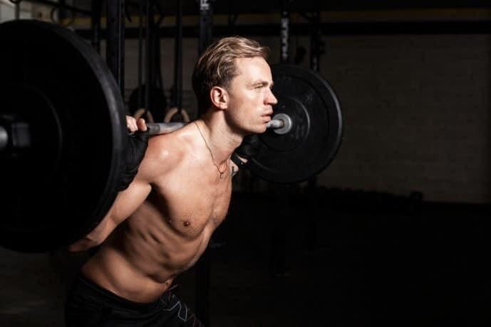 体幹を鍛えあげるグッドモーニングを行う男性