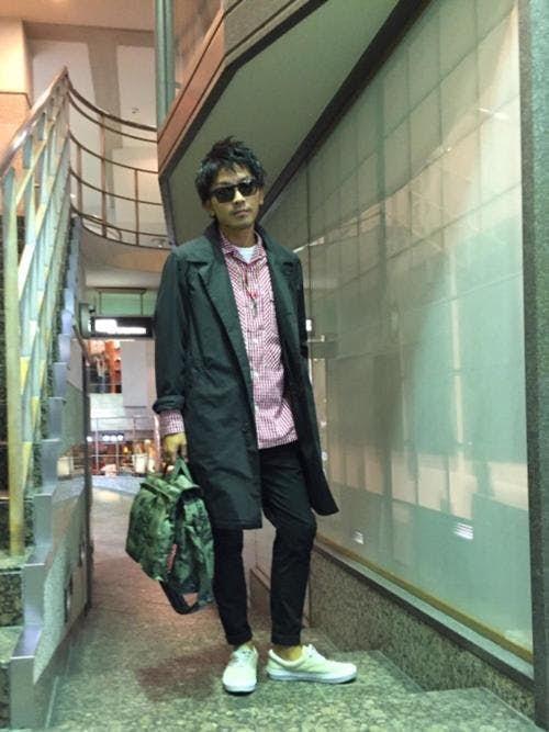 ピンクシャツと黒コートのメンズコーディネート