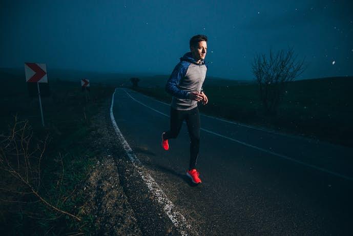 夜にジョギングをしている男性